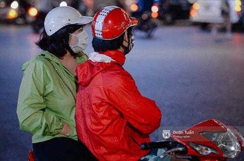 Những chiếc áo gió mỏng là sự lựa chọn của nhiều người khi ra đường